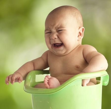 personas banandose: peque�o beb� que tiene un ba�o en un jacuzzi al aire libre Foto de archivo