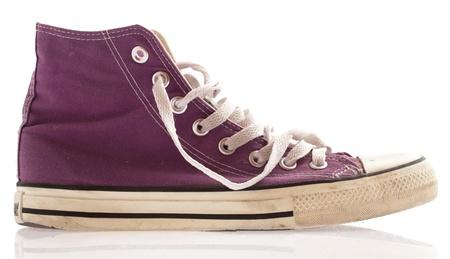 スニーカー: 白い背景上に分離されて紫色のスニーカー