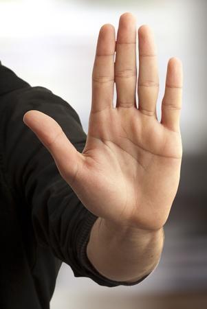 gestos: s�mbolo de mano que significa detener sobre fondo blanco