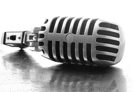 microfono antiguo: Micr�fono de la vendimia en una superficie de metal