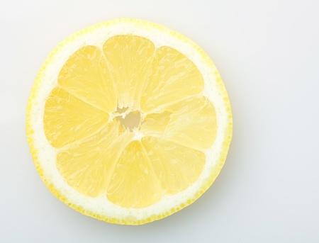jus de citron: tranche de citron isol�e sur fond blanc
