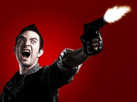 hombre disparando: hombre disparando sobre un fondo rojo
