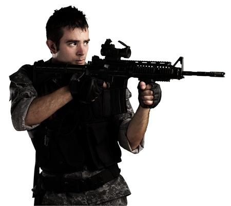 soldado: joven soldado apuntando un blanco sobre un fondo blanco