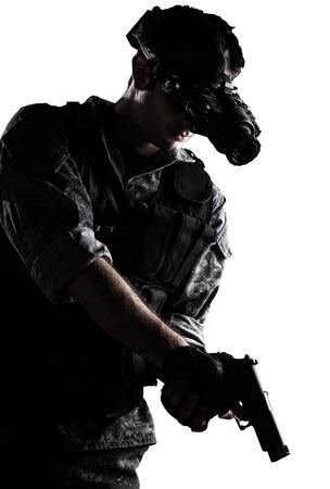 soldaat met stedelijke camouflage uniform met een nachtkijker en een pistool op een witte achtergrond Stockfoto