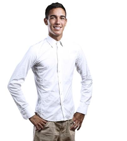 playera negra: Retrato de hombre joven guapo sonriente sobre un fondo blanco