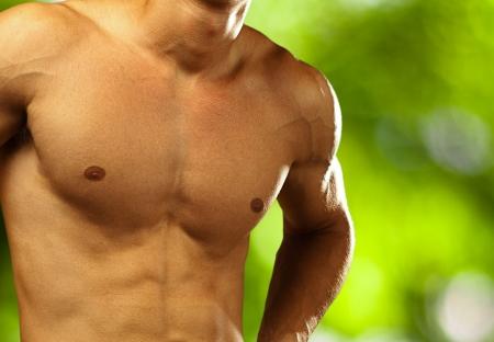 niño sin camisa: hombre joven y sano en un fondo de naturaleza