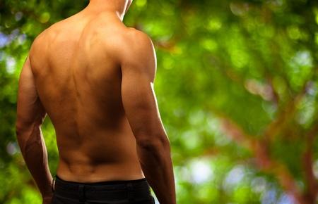 ni�o sin camisa: el hombre joven y sano en un fondo la naturaleza Foto de archivo