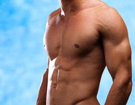 ni�o sin camisa: el hombre joven y sano, con una piscina como tel�n de fondo