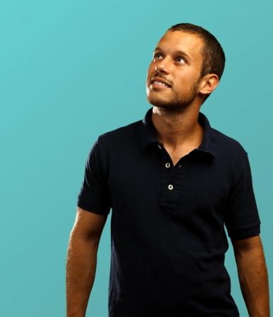 polo: man met polo shirt op een blauwe achtergrond