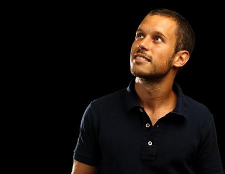 man met polo shirt op een zwarte achtergrond
