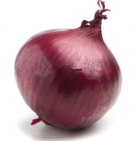cebolla roja: cebolla morada aislado en un fondo blanco