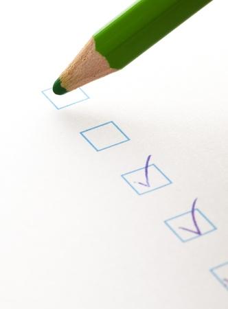 evaluacion: probar la casilla de verificación y crayón verde, primer plano foto Foto de archivo
