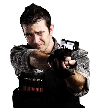 Portret van een jonge soldaat te wijzen met een pistool tegen een witte achtergrond