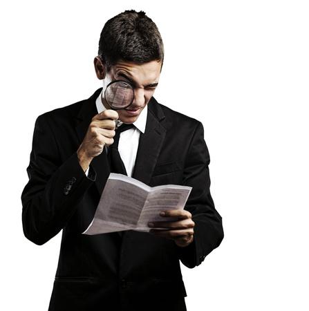 Ritratto di giovane uomo alla ricerca di un contratto con uno sfondo bianco