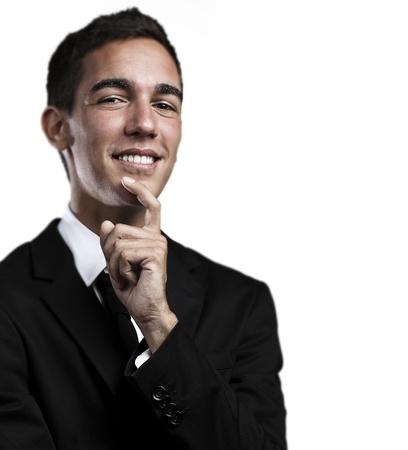 portrait d'homme d'affaires jeune et beau penser et levant les yeux sur un fond bleu