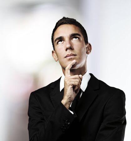 hombre pensando: Retrato de hombre joven empresa pensando en una casa Foto de archivo