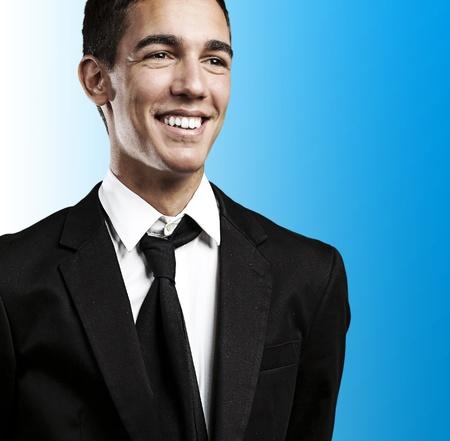 agent de s�curit�: Portrait de jeune homme d'affaires sourire sur un fond bleu