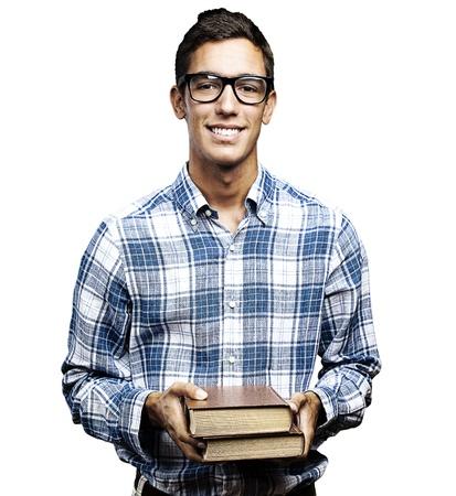 hispanic student: joven estudiante con gafas y camisa de la celebraci�n de libros sobre fondo blanco