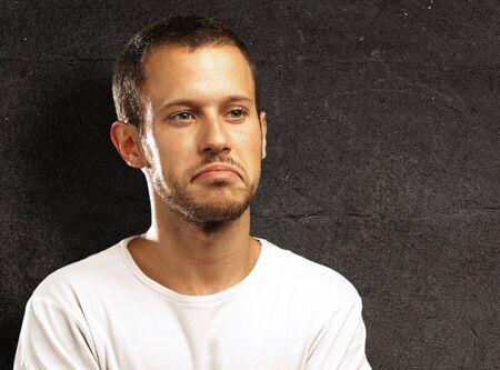 adolescencia: disgustado joven contra una pared grunge