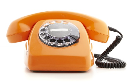 oranje vintage telefoon op wit wordt geïsoleerd