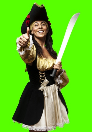Portrait von Pirat Frau hält Schwert gegen einen abnehmbaren Chroma-Key-Hintergrund