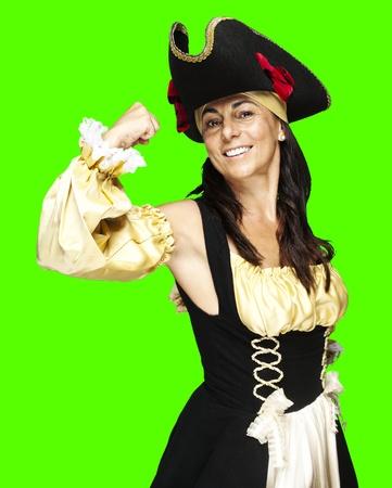 mujer pirata: retrato de una mujer pirata se�alando sobre un fondo chroma key extra�ble Foto de archivo