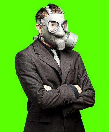 mascara gas: retrato de la máscara de hombre de negocios de gas usando un fondo chroma key extraíble Foto de archivo