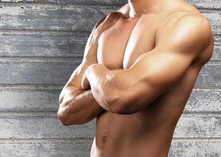 desnudo masculino: hombre joven y fuerte sobre una superficie met�lica Foto de archivo