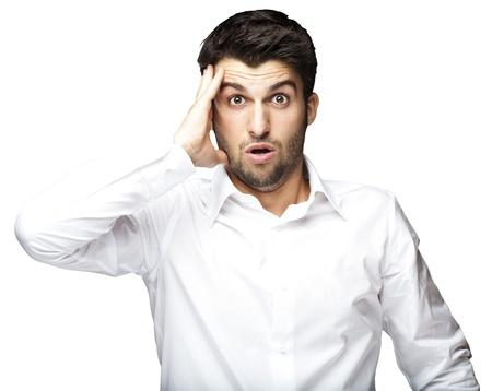 cara sorprendida: retrato de hombre joven sorprendi� contra un fondo blanco