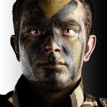 흰색과 검은 색 배경에 정글 위장 페인트 젊은 군인 얼굴의 초상화