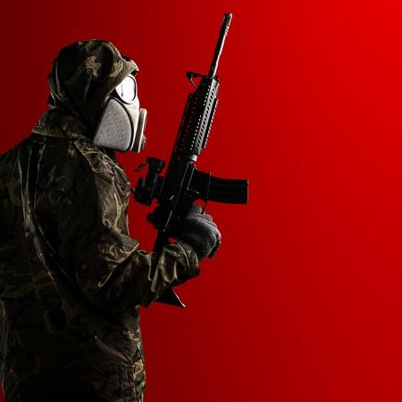 mascara de gas: retrato de joven soldado con un rifle y una máscara de gas sobre un fondo rojo