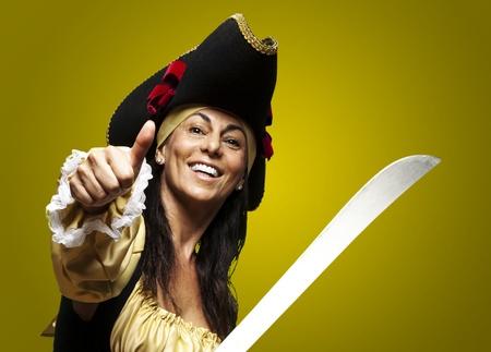 mujer pirata: retrato de una mujer pirata sosteniendo una espada y un gesto bien contra un fondo de oro