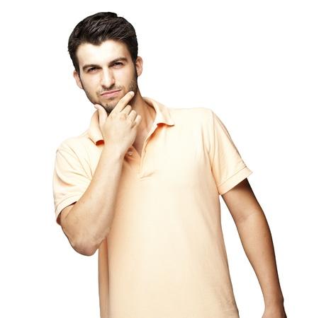 hombre pensando: retrato de hombre joven pensando sobre un fondo blanco