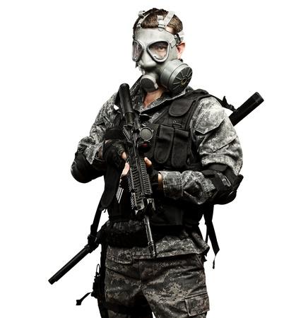 gasmasker: Portret van een jonge soldaat met gasmasker en geweer tegen een witte achtergrond Stockfoto