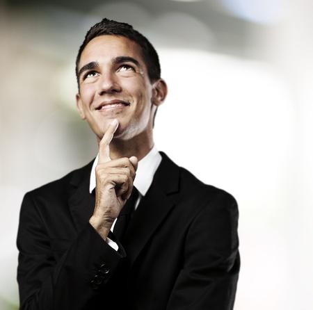 hombre pensando: retrato de pensamiento del hombre de negocios sobre un fondo abstracto