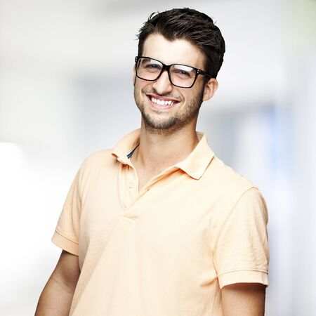 portret van een knappe gelukkig man binnen