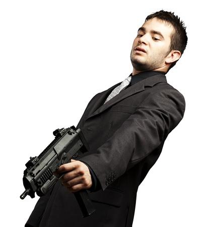 point and shoot: la mafia del hombre con la pistola apuntando hacia abajo sobre un fondo blanco