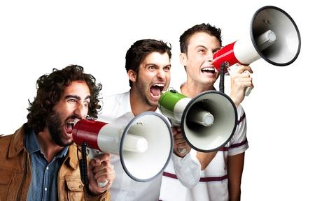 personas comunicandose: los jóvenes gritando con megáfono sobre fondo blanco Foto de archivo