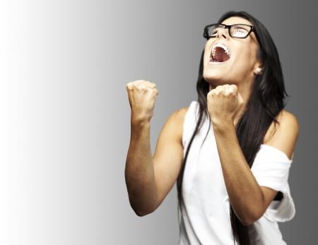 portrait de femme jeune lauréat avec des lunettes sur un fond gris Banque d'images