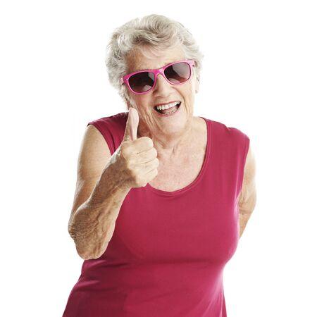 abuela: retrato de mujer mayor gesto de aprobaci�n contra un fondo blanco