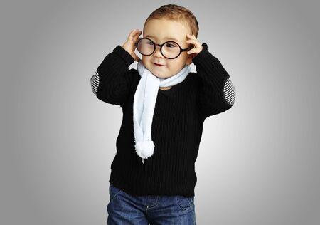 round glasses: chico joven y feliz con gafas redondas sobre un fondo gris