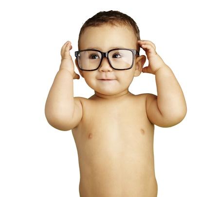 niño sin camisa: chico joven y feliz con gafas contra un fondo blanco