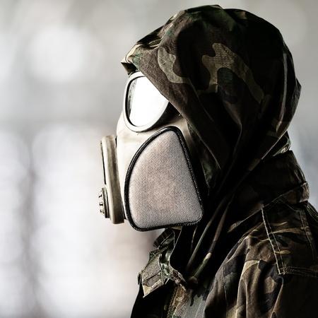 mascara de gas: retrato de la máscara de gas soldado llevaba sobre fondo abstracto Foto de archivo
