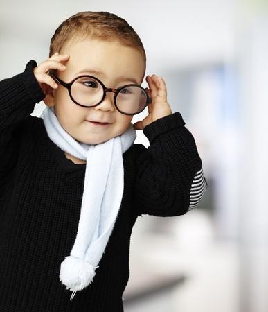 round glasses: dulce ni�o con gafas redondas, de interior