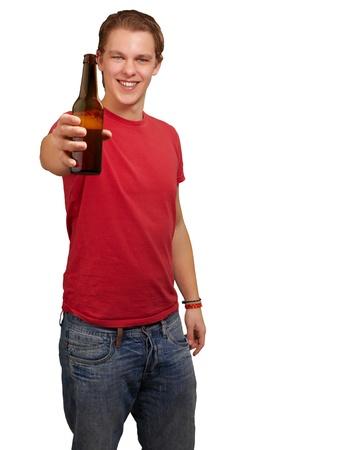 vida social: Retrato de hombre joven la celebración de la cerveza sobre fondo blanco