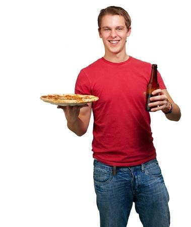 Porträt des jungen Mannes, der Pizza und Bier auf weißem Hintergrund