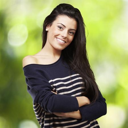 fille pull: portrait d'une jolie jeune femme souriante sur un fond de nature