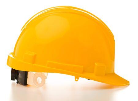 Sombrero duro amarillo aislado sobre fondo blanco