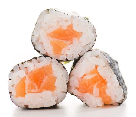 salmon ahumado: Tres rollos de sushi fresco en el fondo blanco