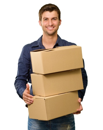 Een jonge man die een stapel kartonnen dozen Op Een Witte Achtergrond